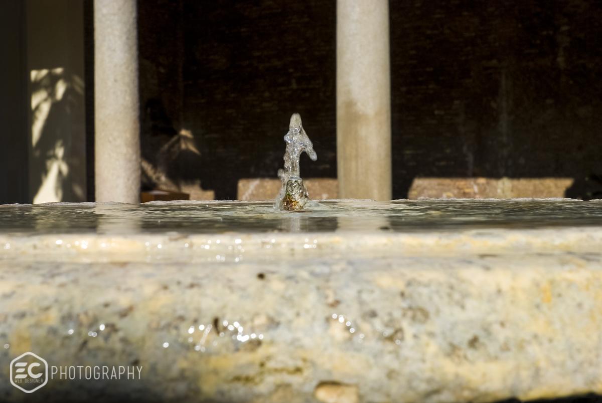 zampillo di acqua fontana roma porticato